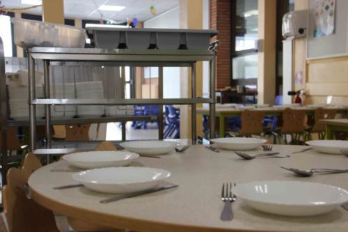 A 11h, Virginie commence à dresser les tables pour les élèves de maternelle, encore trop petits pour se servir seuls au self.
