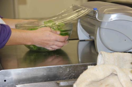 Pour les maternelles, des saladiers sont préparés pour chaque table.