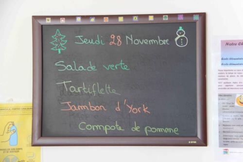 Au menu : Salade verte, tartiflette, jambon d'York et compote de pommes.